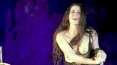 Βασιλική Τρουφάκου γυμνόστηθη θεατρική παράσταση