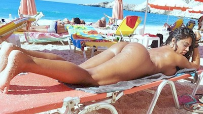 Κωνσταντίνα Μαρωνίτη σε παραλία